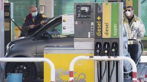 Prezzo della benzina in calo a 1.65 euro al litro, ribassi anche per il gasolio
