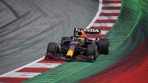 F1: incidente Hamilton-Verstappen, l'olandese fuori gara e trasportato al centro medico