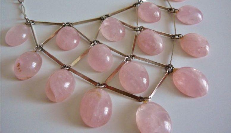 VINTAGE Collier plastron treillage de cabochons de quartz rose DESIGN