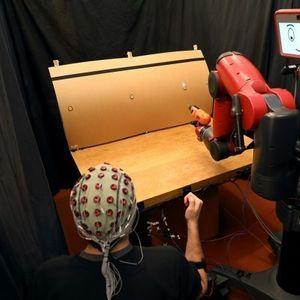 Како може да контролирате робот со помош на мислите?