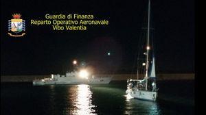 Isola Capo Rizzuto, intercettata una nave di migranti: fermati tre sospetti narcos VIDEO