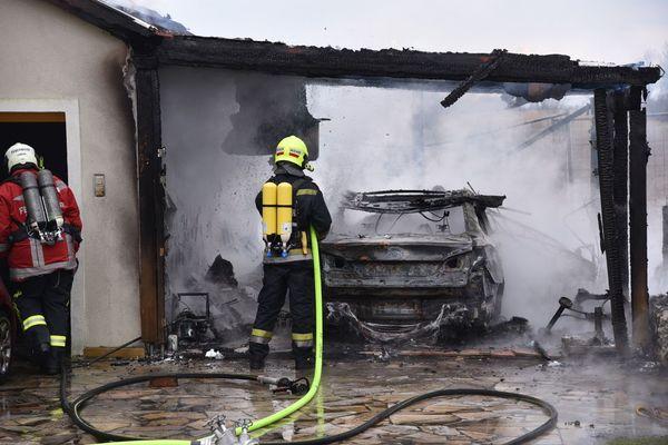 Carport und Garage in Flammen, Frau verletzt im Spital