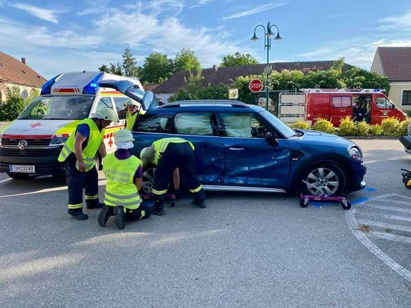Überschlag und sechs Verletzte bei Unfall im Ortsgebiet