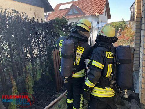 +++ Einsatz Nr: 89 - brennende Hecke droht auf Wohnhäuser überzugreifen +++