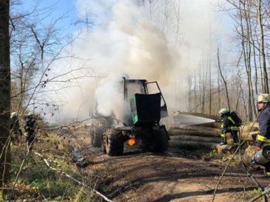 +++ Einsatz Nr: 32 - brennt Forstmaschine im Wald +++