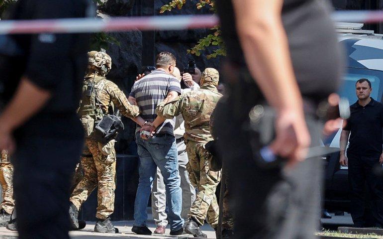 Чоловіку з гранатою біля Кабміну повідомили про підозру