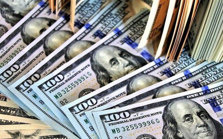 Курс долара в Україні знову впав