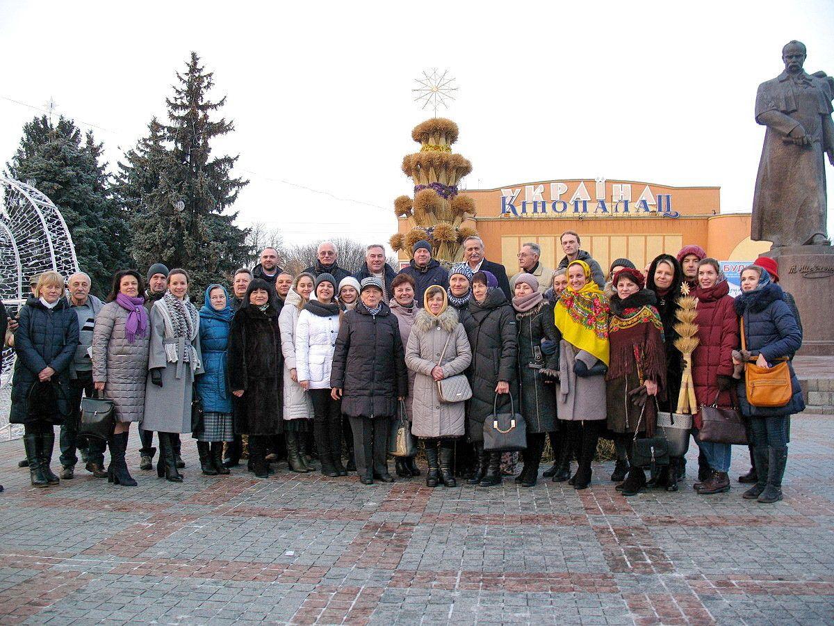 Група з членів Товариства перед дарованим Рівному Дідухом