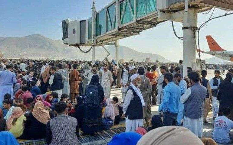 У аеропорту Кабула люди випадають з літака на льоту