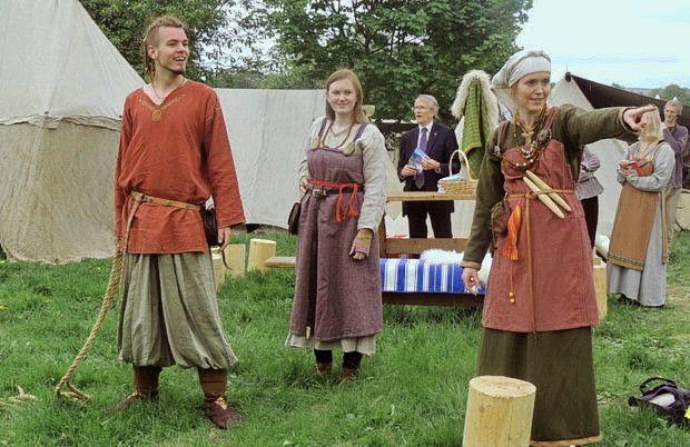 Реконструкція давнього одягу вікінгів на фестивалі у Петербурзі (Російська Федерація)