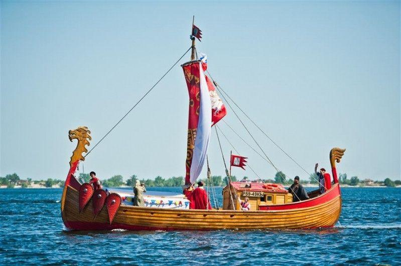 Русская ладья – драккар яхів, який видають за слов'янський човен, з головою змія-дракона попереду