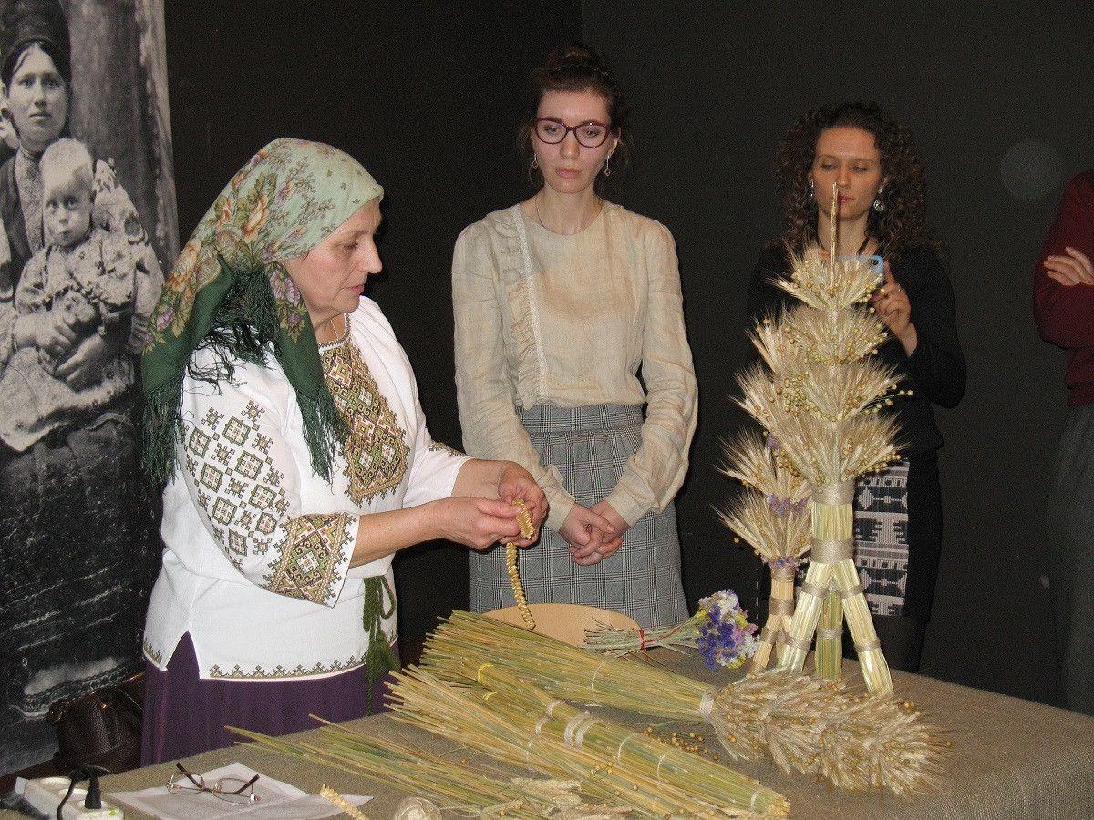 Майстриня Тетяна з «Берегині» провела майстер-клас по виготовленню Дідухів