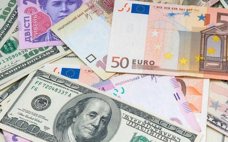 НБУ: Долар трохи виріс після падіння до мінімуму
