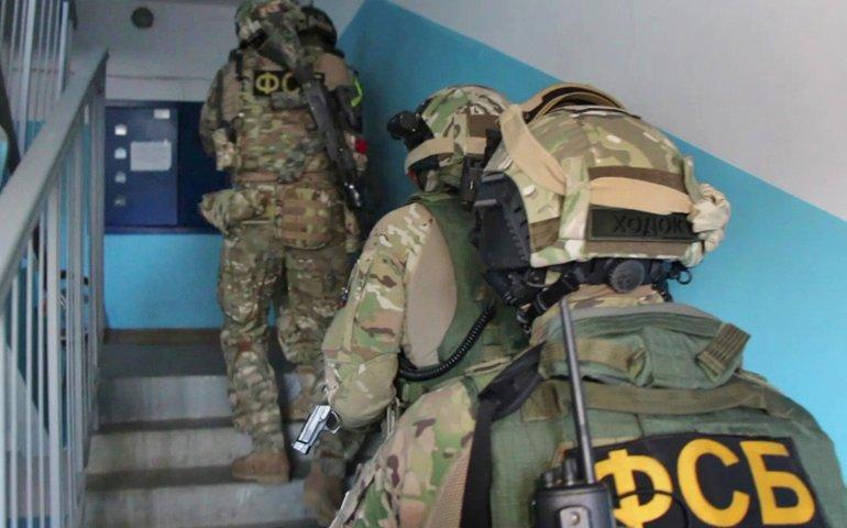 В окупованому Криму ФСБ увірвалися у квартиру матері українського добровольця і затримали її