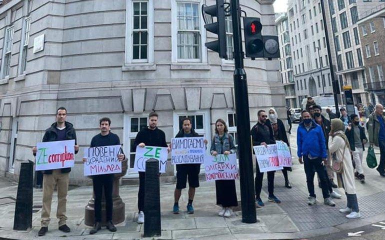 У Лондоні українці пікетували будинок Зеленського з Pandora Papers