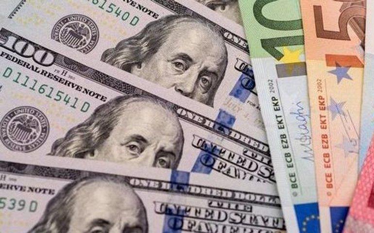 НБУ трохи знизив офіційний курс долара