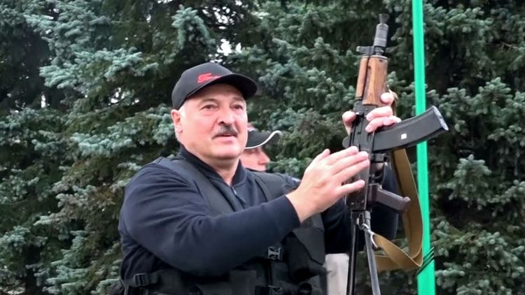 Александр Лукашенко и автомат