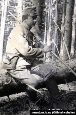Хорунжий Осип Яримович із своєю пластовою палицею з бамбуку. Карпати, гора Маківка, квітень 1915 року