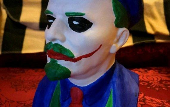 «Между клоуном с замалеванным белилами лицом и вождем революционных масс есть очень много общего»