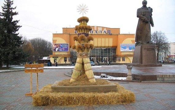 Святвечір у Рівному – на головній площі постав величний Дідух