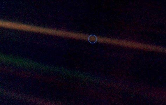 Фотографія Землі, зроблена в 1990 році «Вояджером» з відстані 6 мільярдів км.