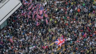 举着美国国旗和英国国旗的香港示威者