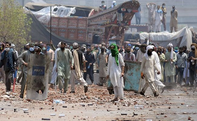 Deadly Clashes After Islamist Hardliners Take Police Hostage In Pakistan