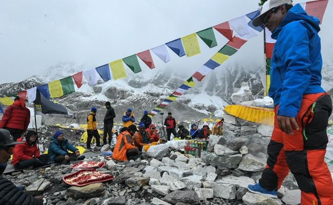 Covid Outbreak Threatens Mount Everest Climbing Comeback Plans