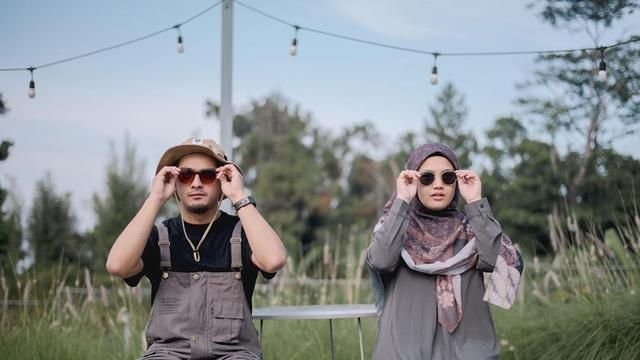 7 Post Wedding Portrait of Ricky Harun and Herfiza, Romantic Like a Young Couple