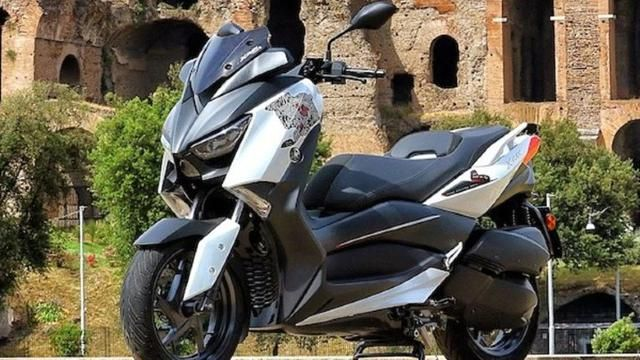Paying tribute to the Corona Covid-19 pandemic fighters in Italy, Yamaha officially launched the XMax 300 Roma Edition.