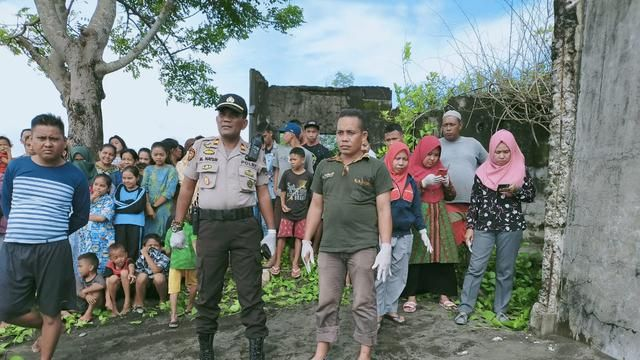 Residents are curious to see pieces of the baby's body on the coast of Takalar (Fauzan)