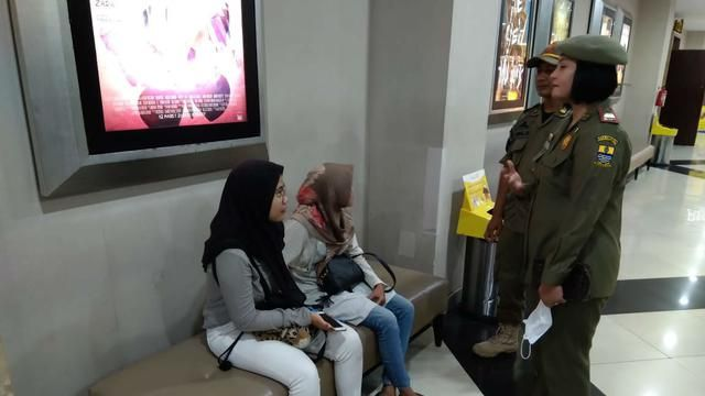 Stories of Satpol PP Cirebon City Find Students and Students Ngemall When Social Distancing