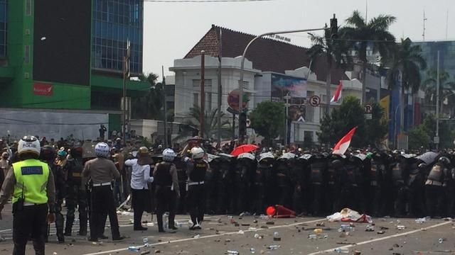The police dispersed the demonstrators at Simpang Harmoni, Central Jakarta. (Liputan6.com/Radityo Priyasmoro)