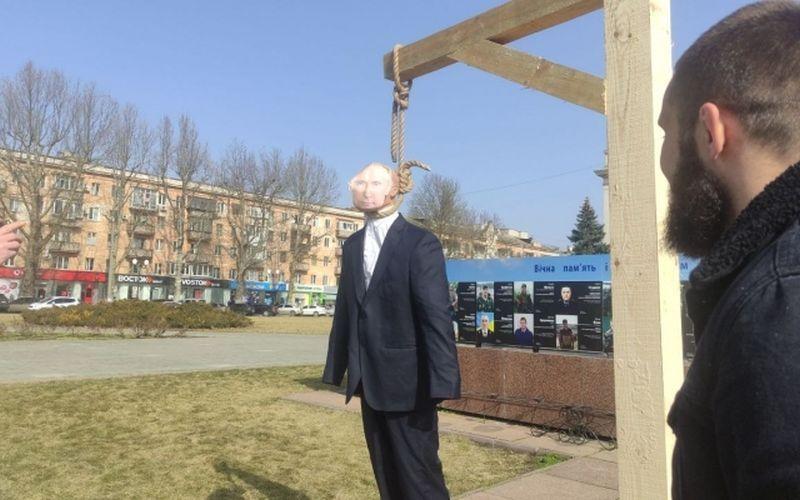 В Херсоні активісти повісили опудало президента Росії (фото)