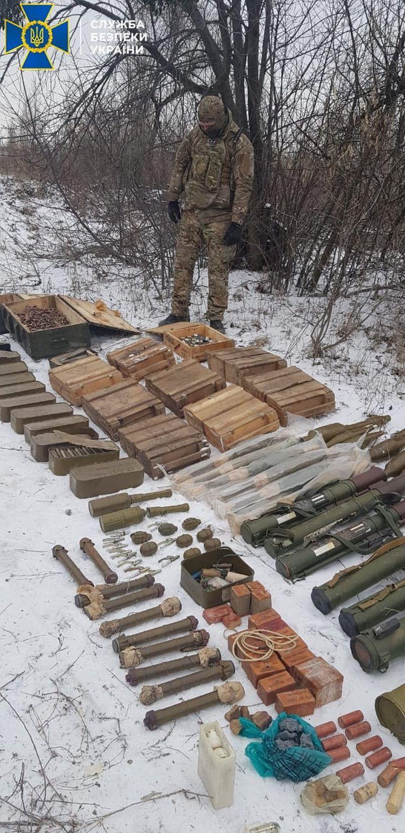 На Луганщині виявлено схрон диверсантів (фото)