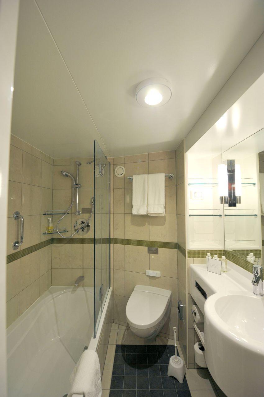 P&O Cruises Britannia Accommodation Superior Bed Bath.jpg