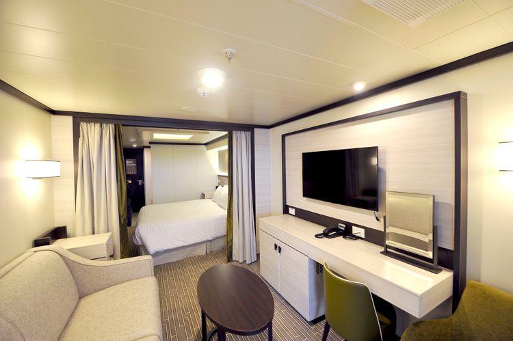 P&O Cruises Britannia Accommodation Superior Bed.jpg