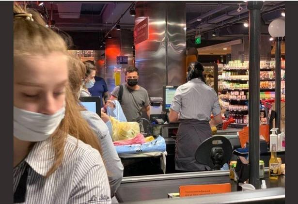 Традиційно Зеленський відвідує магазини у футболці кольору хакі