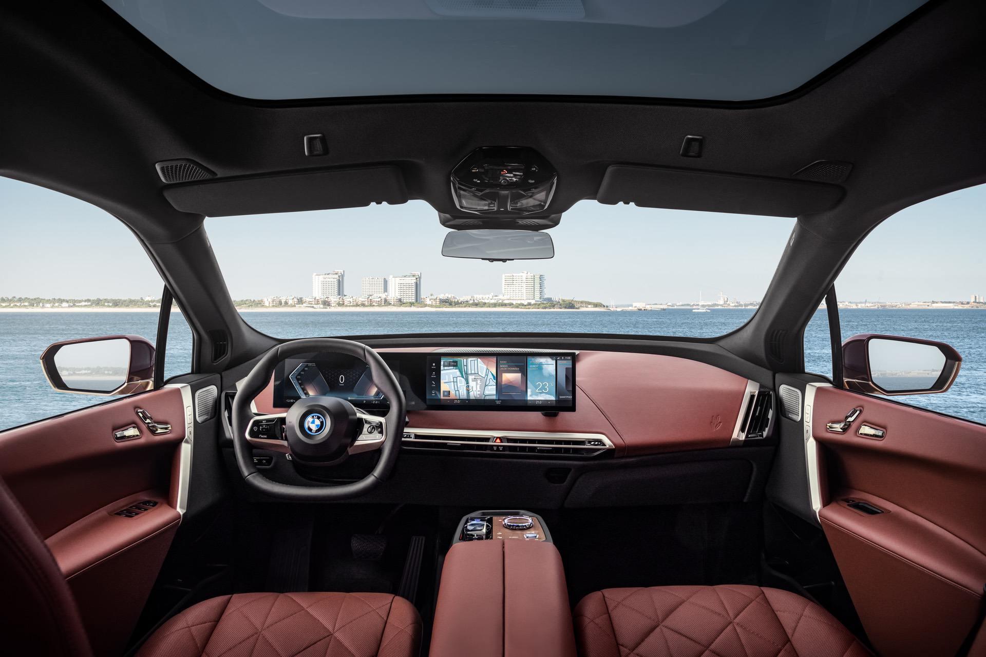 Интерьер электрического кроссовера BMW iX
