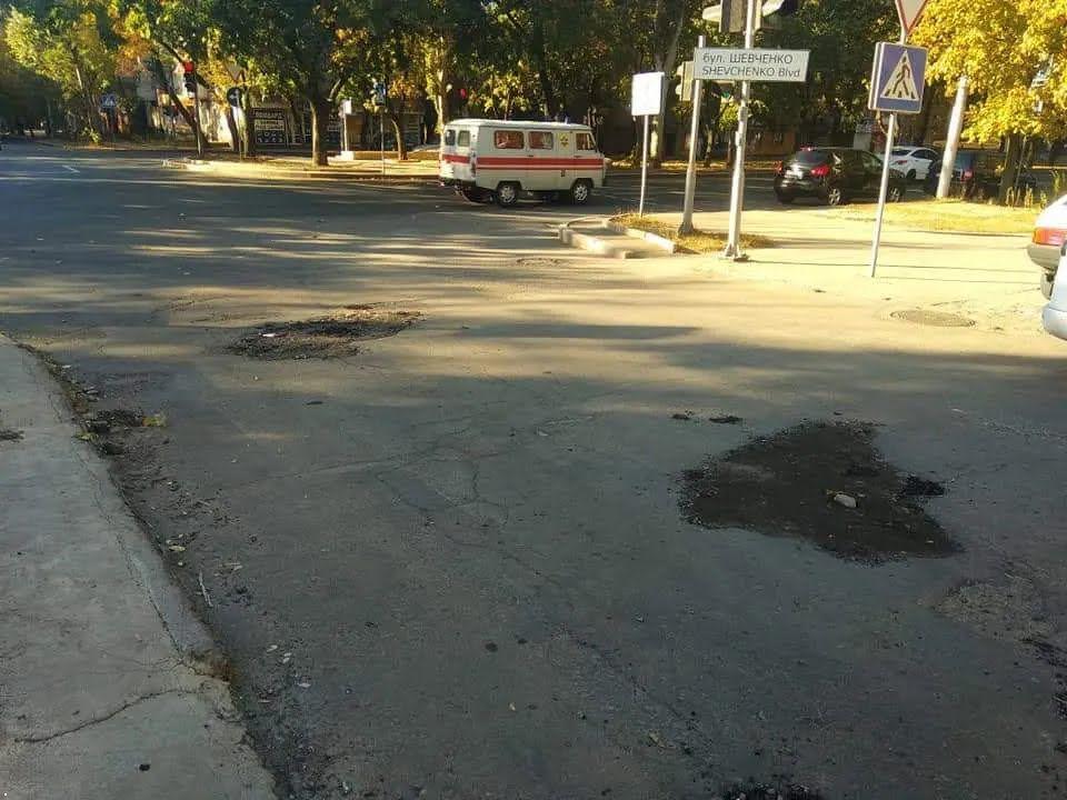 Дороги в Донецке засыпают мусором