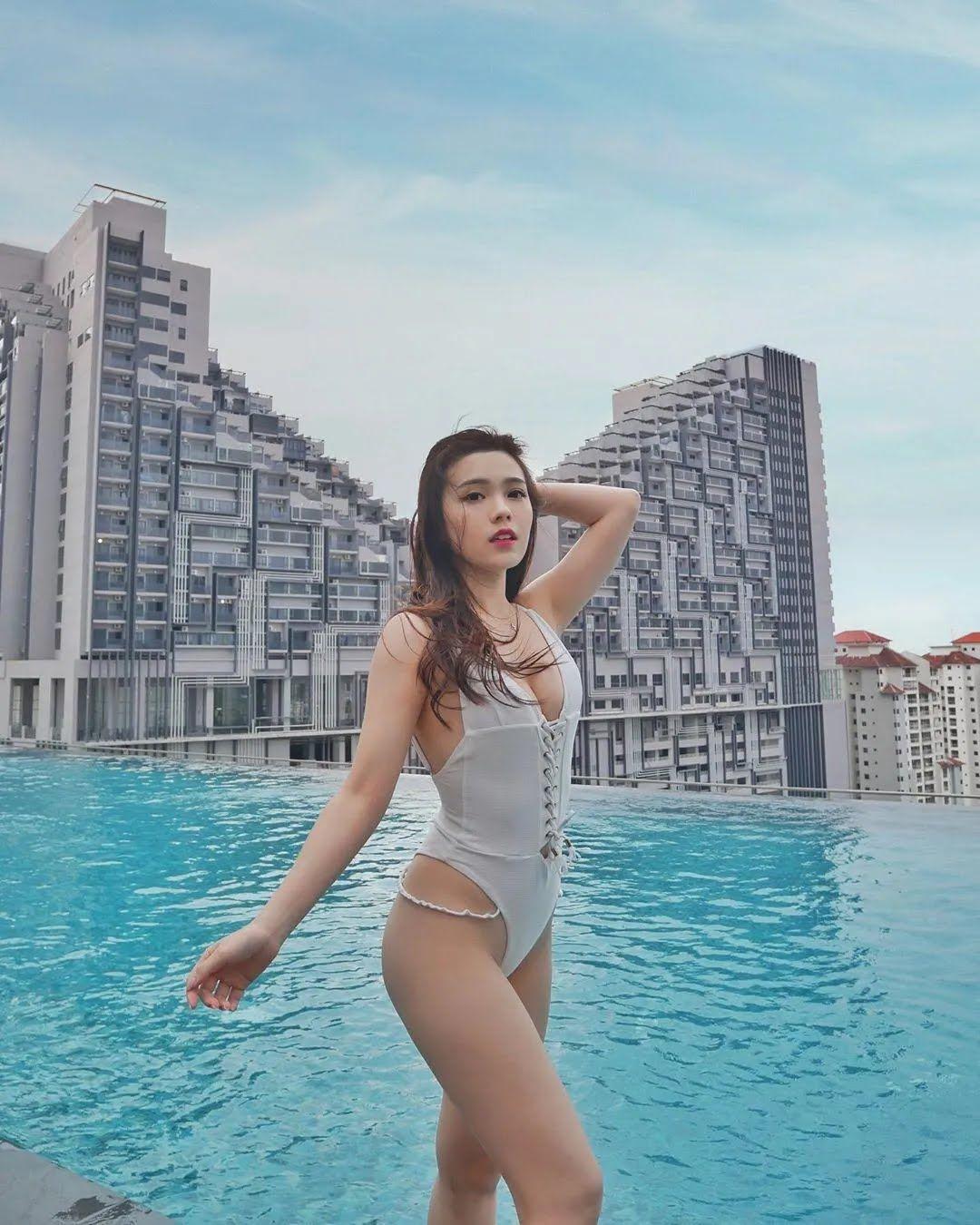Стюардесса Майбел Гуо позирует в откровенном купальнике (Instagram Майбел Гуо)
