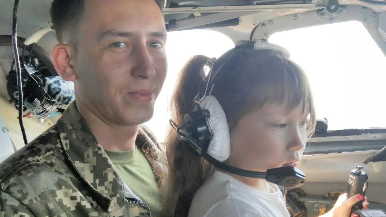 Погибший пилот с дочкой Лизой.