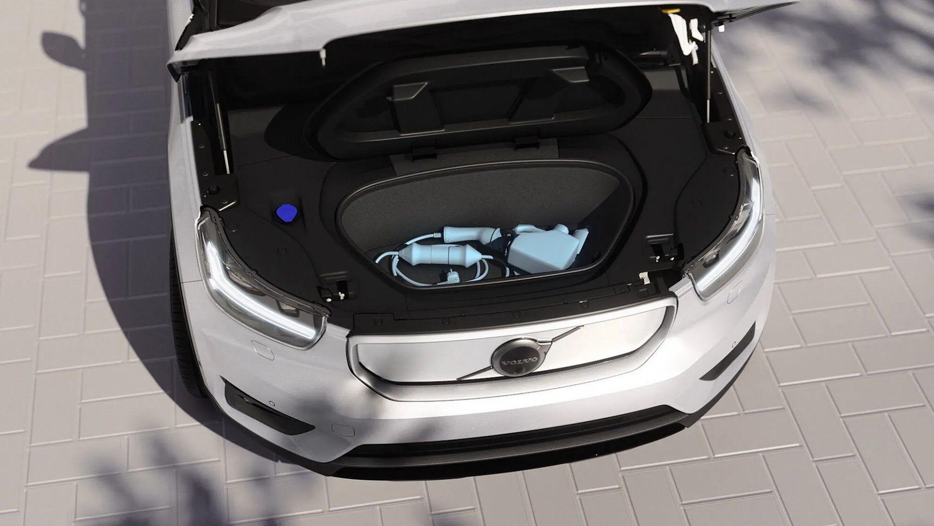 Volvo XC40 Recharge имеет спереди багажное отделение объемом 31 л. Фото: