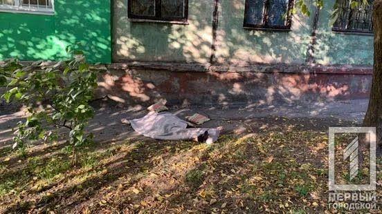 Жінка випала з вікна на четвертому поверсі.