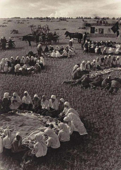 Постановочное фото обеда украинцев в поле 1934 года.