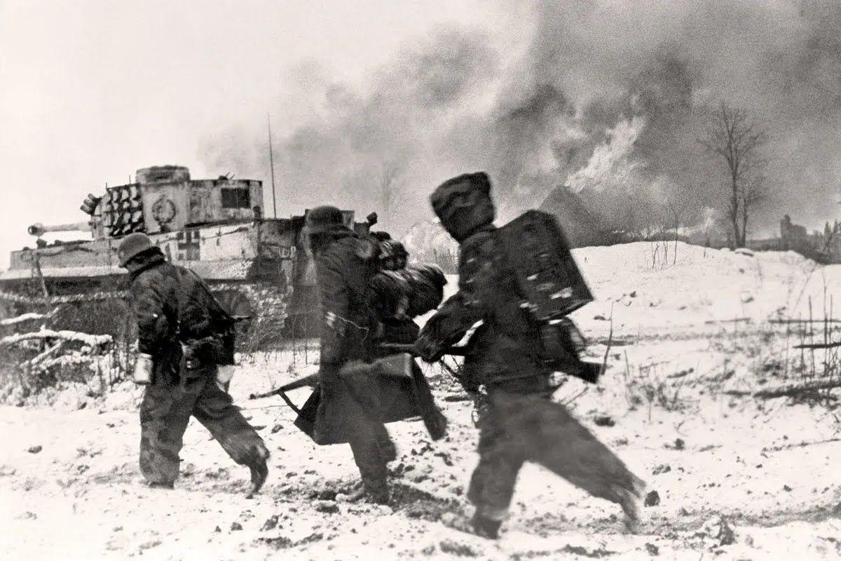 """Солдати Гітлера біжать за танком """"Тигр""""під час бою. Україна, зима 1943-1944 років"""
