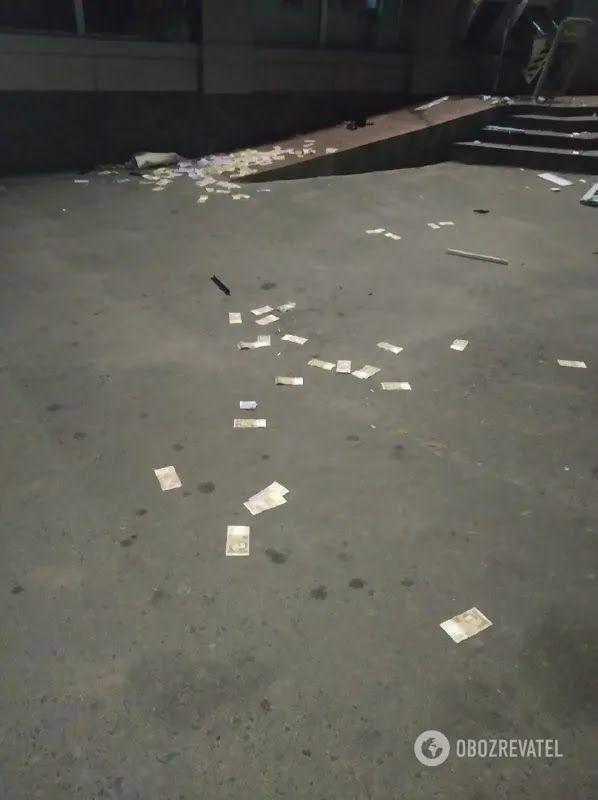Гроші розкидало після вибуху