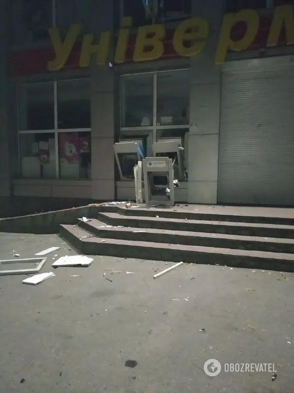 Банкомати були вбудовані в стіну магазину