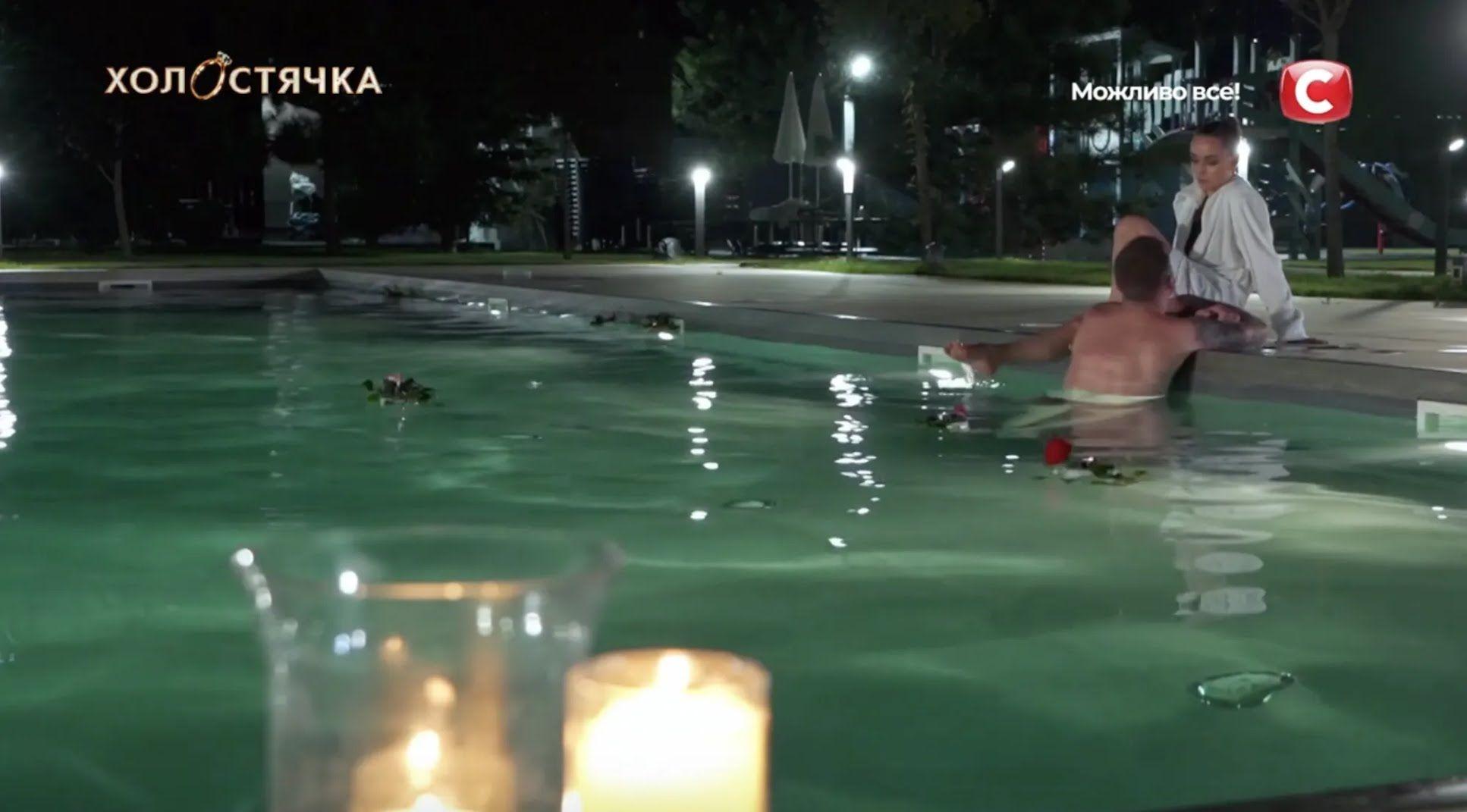 Ксения Мишина и Андрей Рыбак в бассейне.