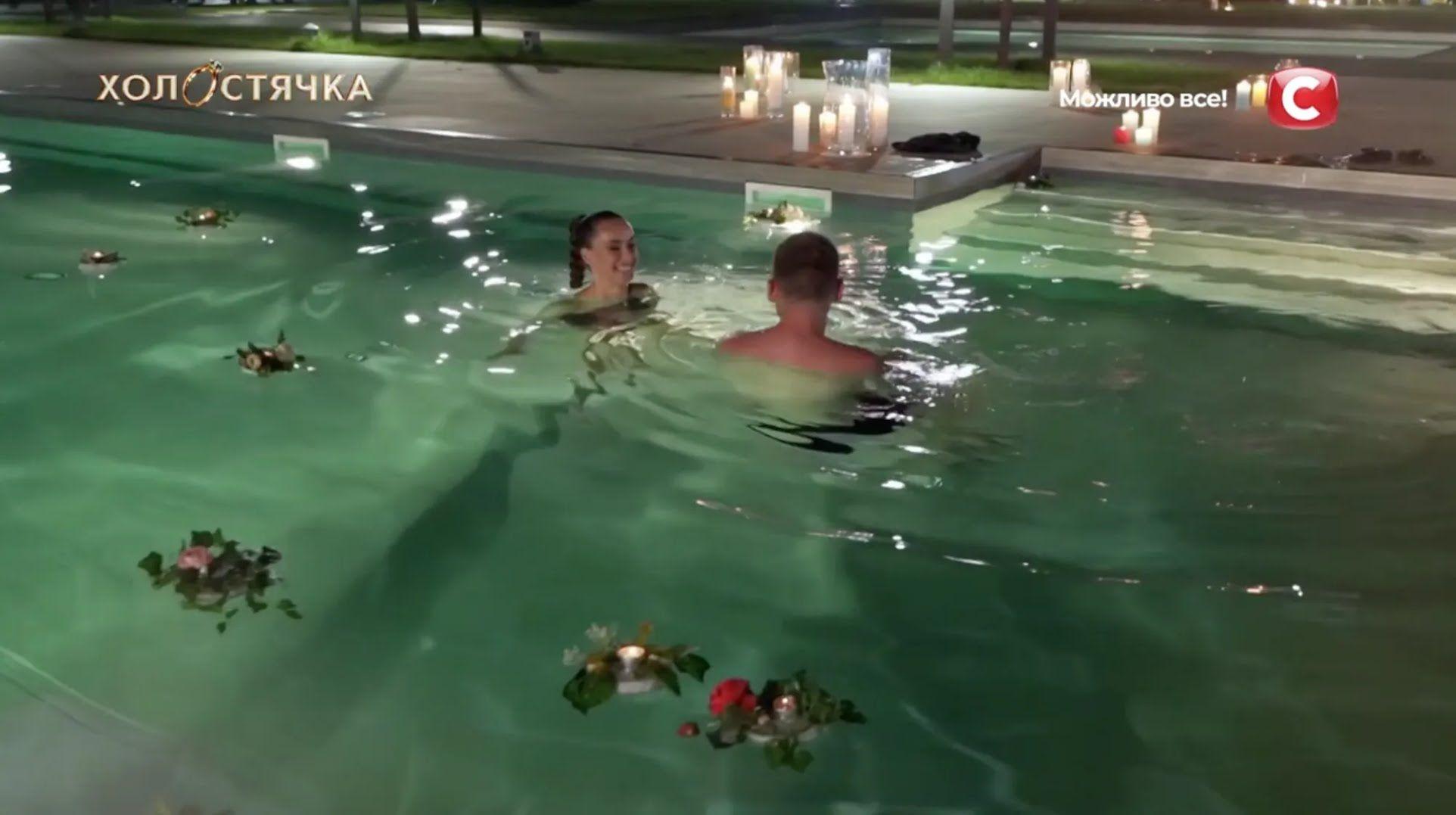Свидание Ксении и Андрея завершилось в бассейне.